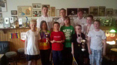 Edessä, vasemmalta oikealle: Leevi, Oscar, Hugo, Heikki, Nooa, Elias ja Eeti, takana Johannes, Anton ja Henry